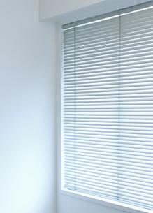 白い壁とブラインドの写真素材 [FYI00304410]