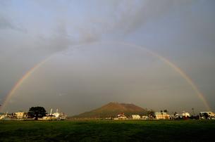 虹の掛かる桜島の写真素材 [FYI00304625]