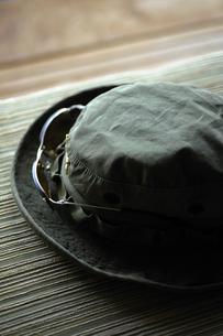 サングラスを付けた帽子の写真素材 [FYI00304638]