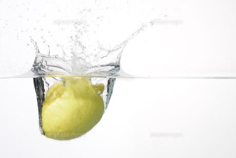 水に落ちたレモンの写真素材 [FYI00304726]