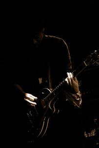 ギターを弾く青年の写真素材 [FYI00304732]