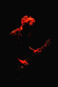 ギターを弾く青年のシルエットの写真素材 [FYI00304739]