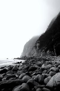時化の海岸(縦)の写真素材 [FYI00304740]