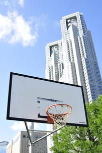都心にあるバスケットゴールの写真素材 [FYI00304757]