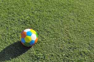 カラフルなサッカーボール(横)の写真素材 [FYI00304799]