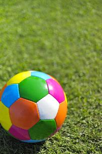 カラフルなサッカーボール(縦)の写真素材 [FYI00304815]