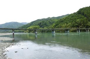 四万十川と沈下橋の写真素材 [FYI00304829]