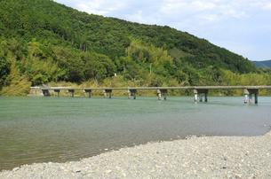 四万十川と沈下橋の写真素材 [FYI00304840]