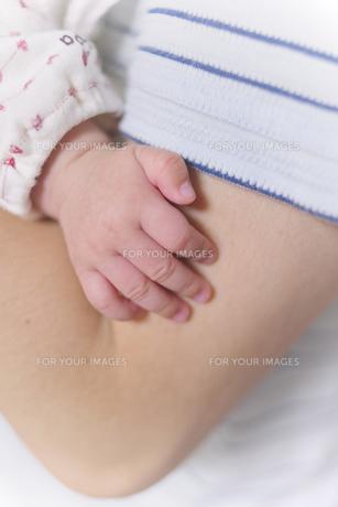 パパに抱かれた赤ちゃんの手の素材 [FYI00304908]