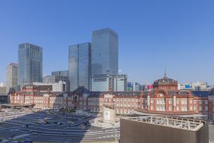 東京駅丸の内口と高層ビル群の写真素材 [FYI00307574]