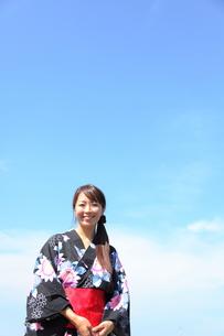 青空と浴衣を着た女性の写真素材 [FYI00307589]