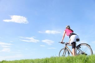 自転車と女性の写真素材 [FYI00307594]