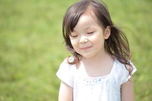 新緑と笑顔の少女の写真素材 [FYI00307602]