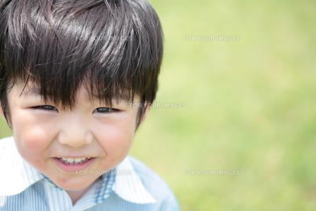 新緑と笑顔の男の子 3歳の写真素材 [FYI00307603]