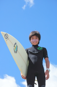サーファー少年と青空の写真素材 [FYI00307607]