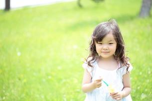 シャボン玉遊びをする少女の写真素材 [FYI00307615]