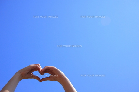 青空と手で作ったハートの写真素材 [FYI00307617]