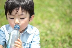 水を飲む男の子 3歳の写真素材 [FYI00307624]