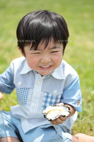 おにぎりを食べる三歳の男の子の写真素材 [FYI00307625]