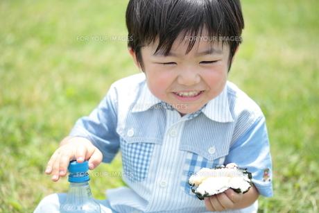 おにぎりを食べる男の子 3歳の写真素材 [FYI00307626]