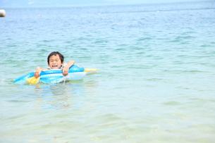 海水浴をする男の子の写真素材 [FYI00307637]