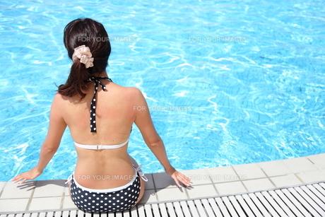 プールサイドでくつろぐ水着姿の20代女性の写真素材 [FYI00307648]