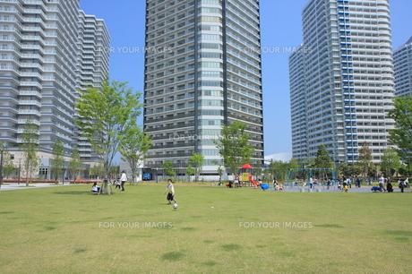 マンションと緑の広場の写真素材 [FYI00307670]