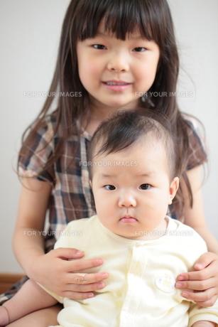 笑顔の幼い姉妹の写真素材 [FYI00307683]