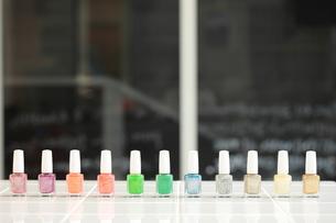 並ぶカラフルなマニュキュアの瓶の写真素材 [FYI00307693]