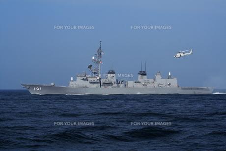 護衛艦から飛び立つヘリコプターの写真素材 [FYI00307702]