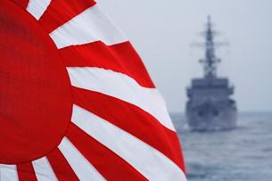 日章旗と護衛艦の写真素材 [FYI00307704]