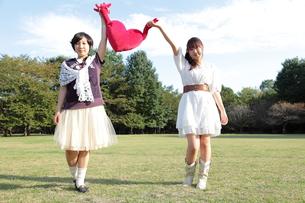 ハートを持つ二人の若い女性の写真素材 [FYI00307717]