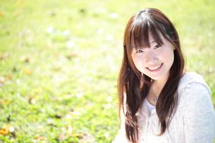 新緑と笑顔の女性の写真素材 [FYI00307719]