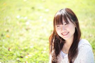 新緑と笑顔の女性の写真素材 [FYI00307720]