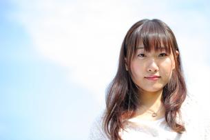 青空と笑顔の女子大生の写真素材 [FYI00307722]