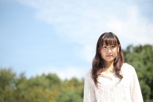 青空と笑顔の女子大生の写真素材 [FYI00307723]