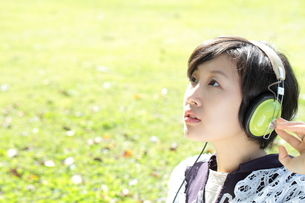 音楽を聴く若い女性の写真素材 [FYI00307725]