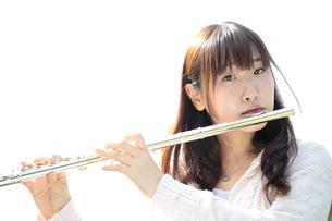 フルートを吹く若い女性の写真素材 [FYI00307726]