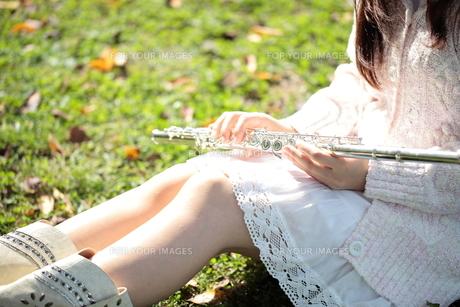 フルートを持つ女性の手の写真素材 [FYI00307732]