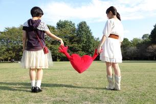 ハートを持つ二人の女性の後ろ姿の写真素材 [FYI00307739]