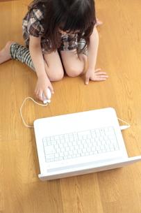 パソコンをする女の子の写真素材 [FYI00307742]