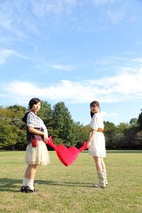 ハートを持つ二人の若い女性の写真素材 [FYI00307743]