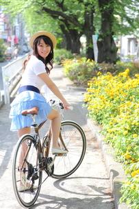 自転車と笑顔の女性の写真素材 [FYI00307744]
