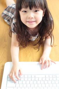 パソコンをする笑顔の女の子の写真素材 [FYI00307751]