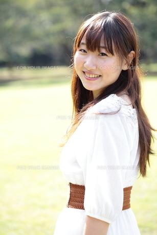 振り返る笑顔の女子大生の写真素材 [FYI00307753]