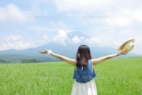 草原に立つ少女と富士山の写真素材 [FYI00307759]