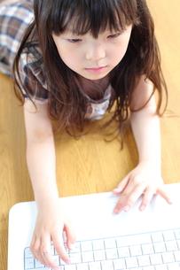 パソコンをする女の子の写真素材 [FYI00307763]