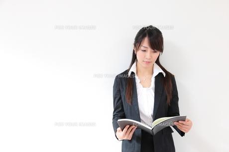 スケジュール表を見る若い女性の写真素材 [FYI00307765]