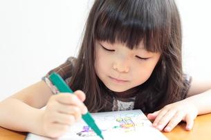 絵日記を書く女の子の写真素材 [FYI00307772]