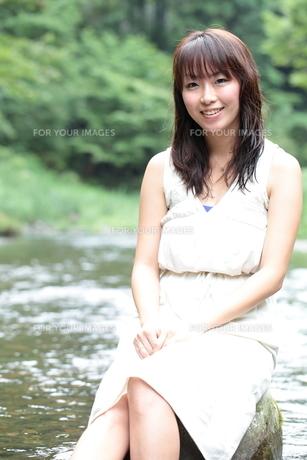 南アルプスの川と笑顔の女性の写真素材 [FYI00307775]
